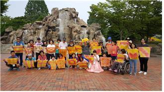 활동지원사업 이용자-활동지원사 관계개선 프로그램 참가자 단체사진(민속촌 안)