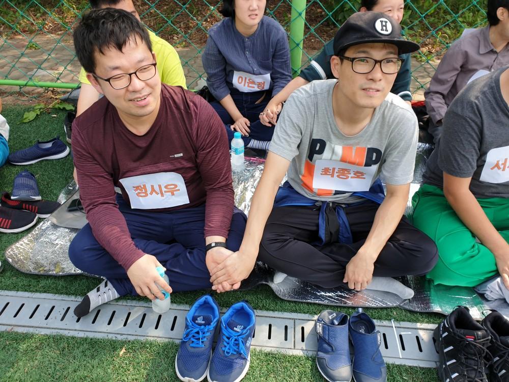 손을 잡고 있는 두 참여자들의 모습