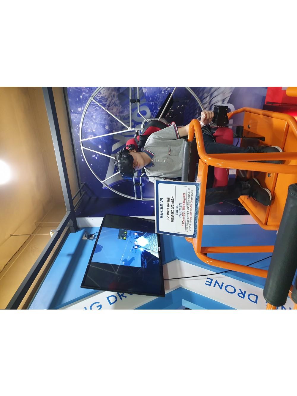 플라잉드론 VR 게임을 하고 있는 사람의 모습