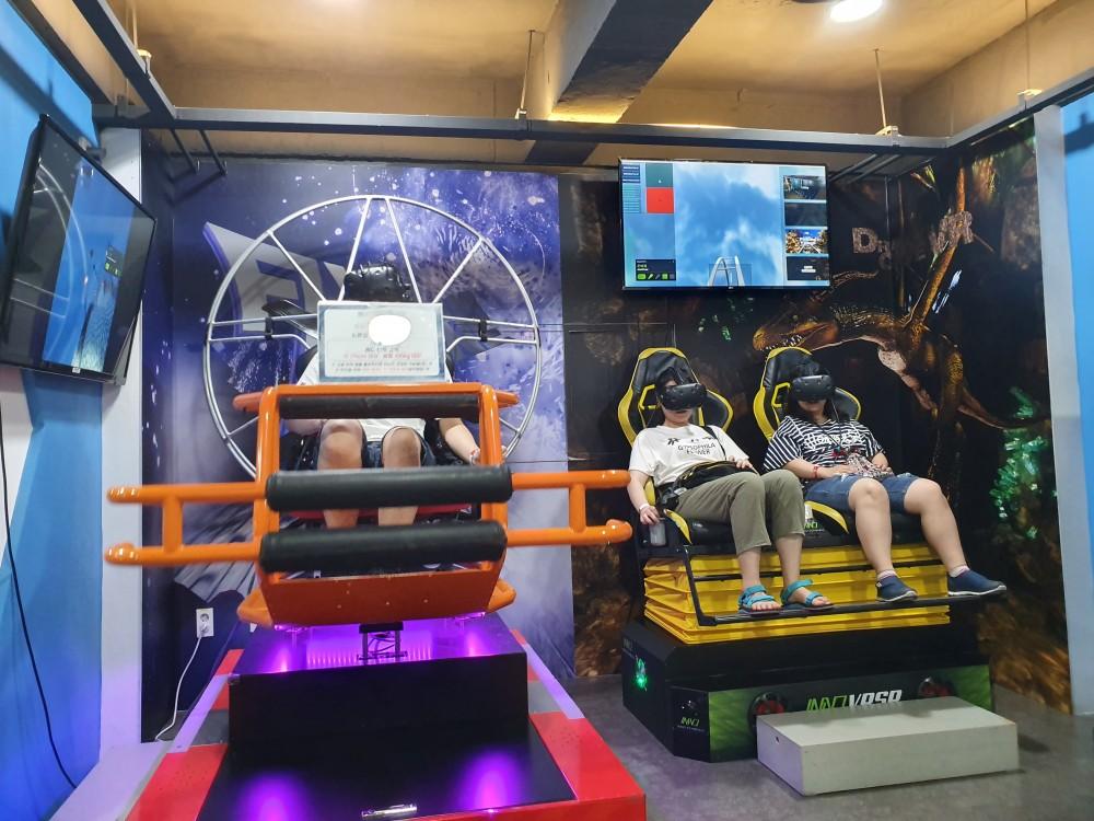 플라잉드론 VR 게임을 하고 있는 사람람과 롤러코스터 VR 게임을 하고 있는 사람들의 모습