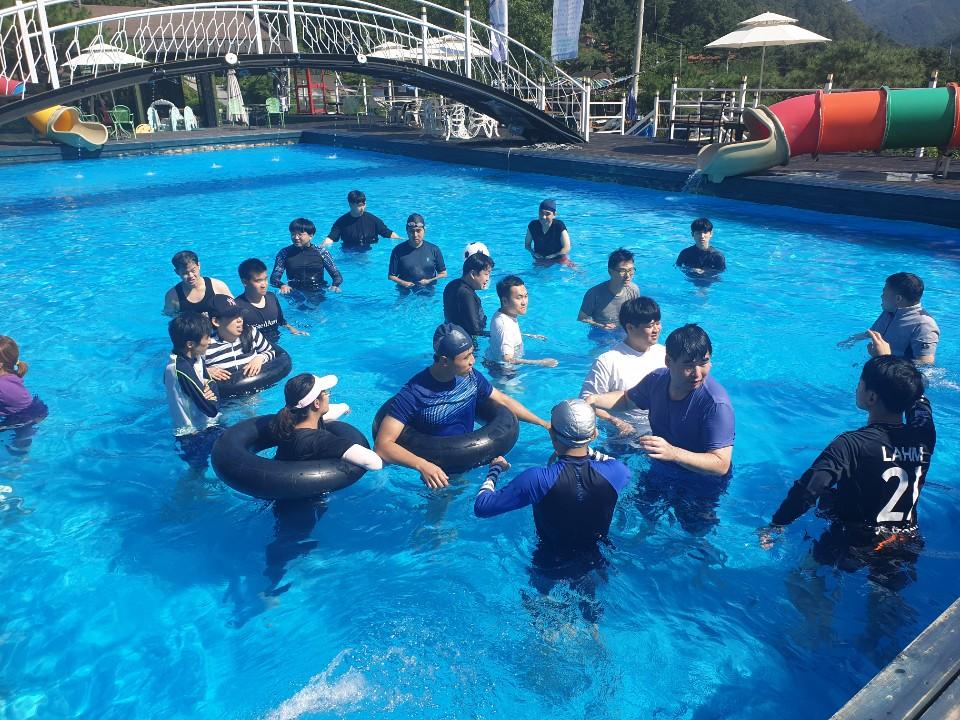 수영장에서 튜브를 끼고 물놀이를 하고 있는 참가들의 모습