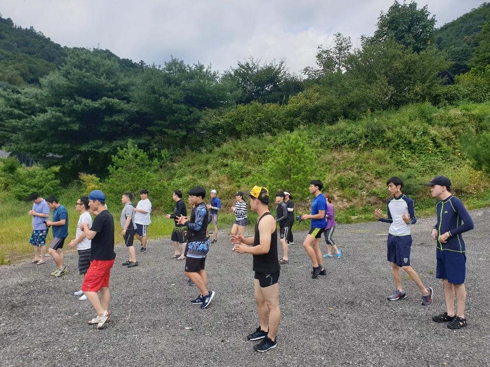 물놀이전 준비운동을 하고 있는 참가자들의 모습