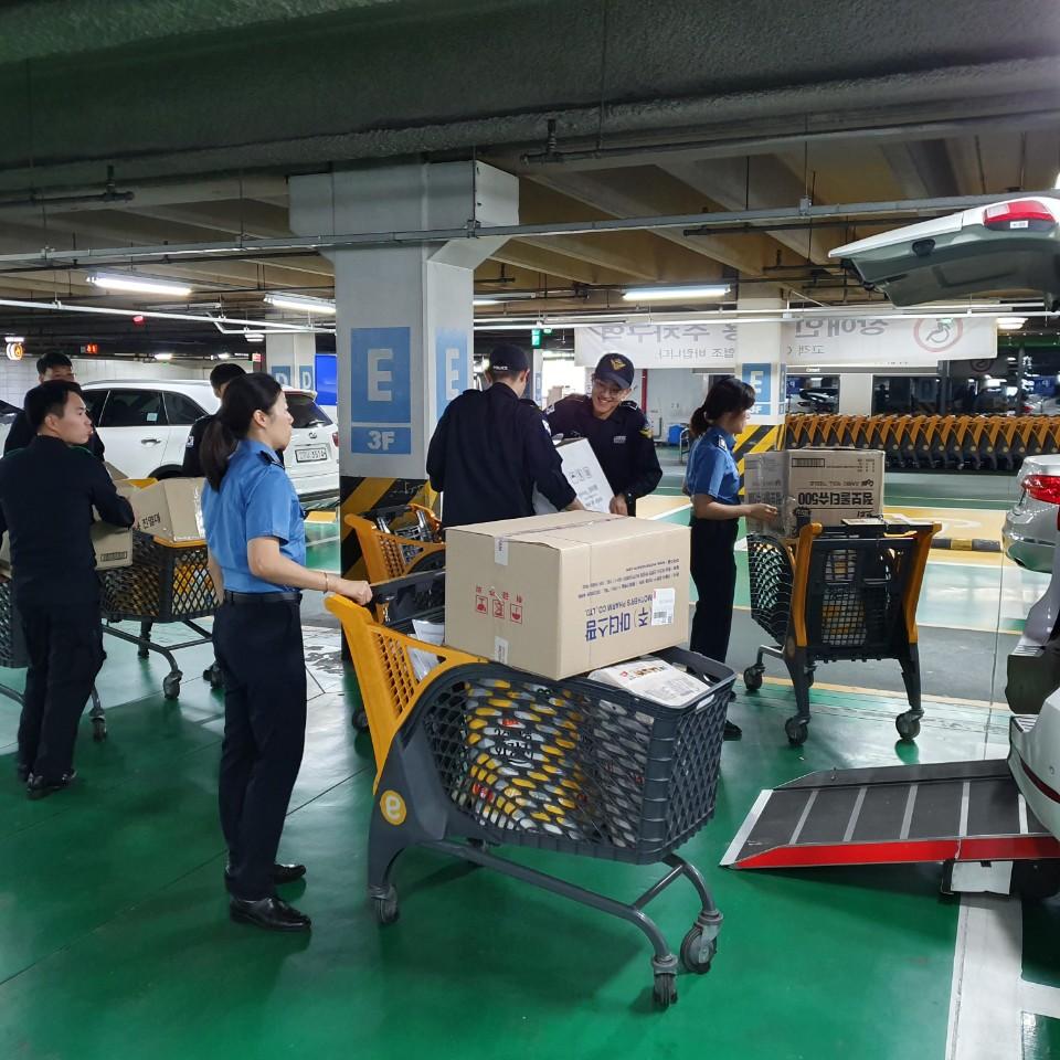 짐을 옮기고 있는 경비단원들의 모습