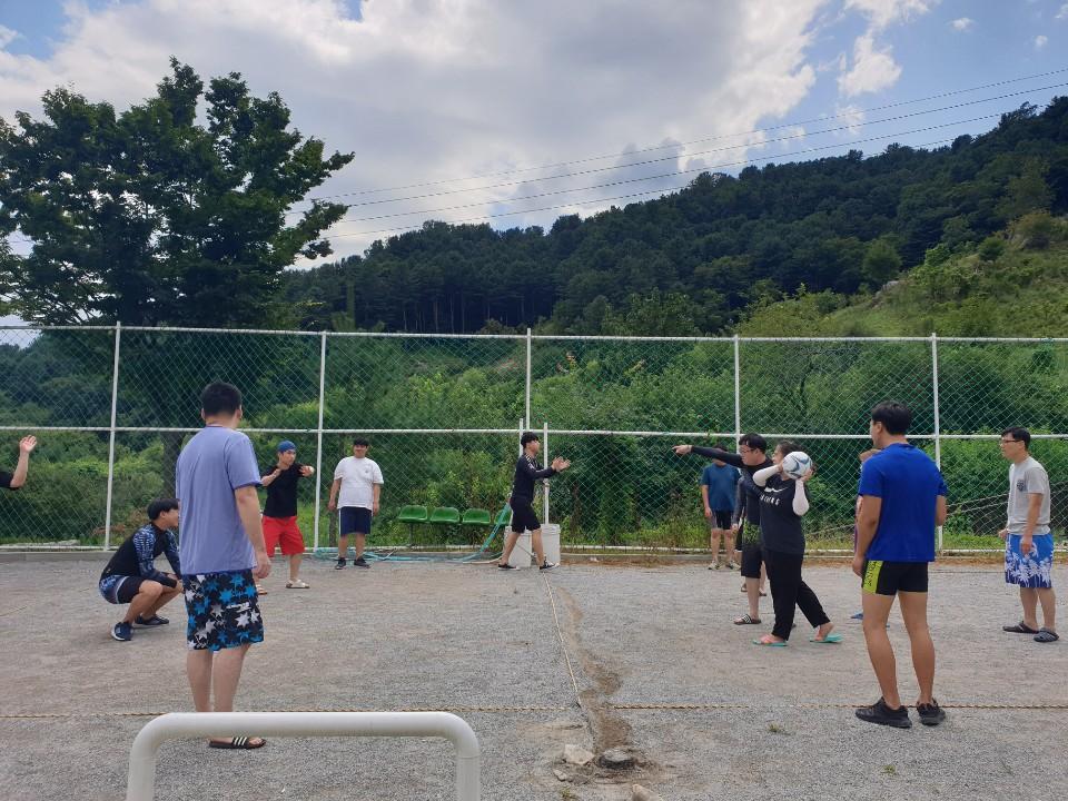 공놀이를 하고 있는 참가자들의 모습