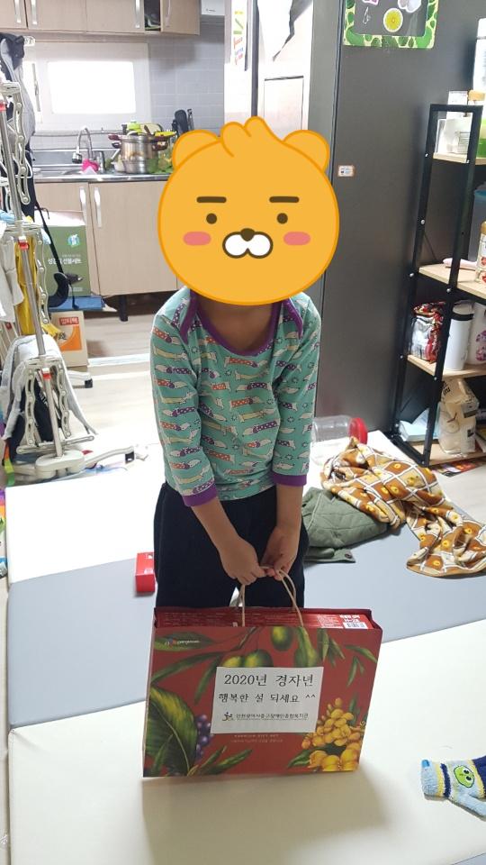 설 선물을 배달받고 기뻐하는 우리 복지관 이용 장애 아동